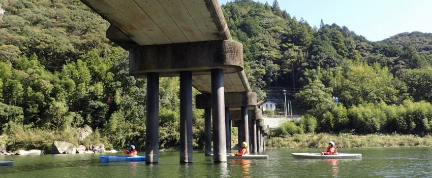 沈下橋をくぐるカヌー